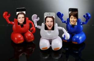 Dancing Robot iPhone Stand: Because You Need More Distractions