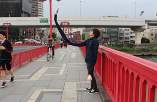 A Guy Created An Extra Long Selfie Arm From Selfie Sticks
