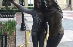 A Town Gets A Selfie Statue Because Art Imitates Life
