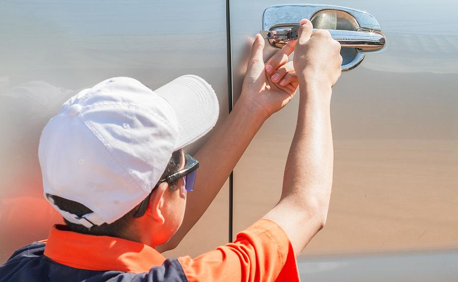 How to hire an auto locksmith?